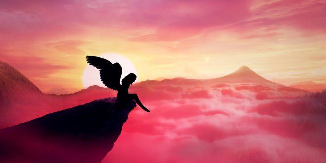 Engel auf einer Klippe über einem pinken Wolkenmeer mit Bergen im Hintergrund