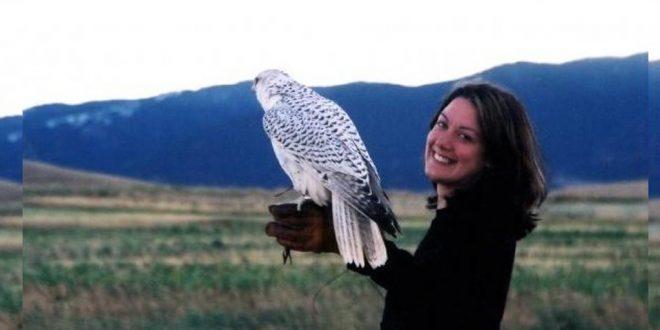 ENGELmagazin Autorin Helen Mcdonald mit ihrem Habicht
