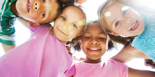 Vier Kinder in einem Kreis