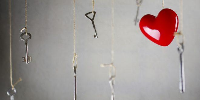 Sieben herabhängende Schlüssel mit einem roten Herz